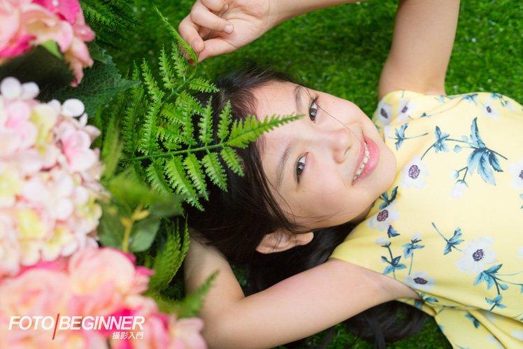 Elements 裝飾佈展的地方有明亮的天花,有自然光可以照進來,這時可以讓小朋友躺在草地上拍攝,出來的效果會很漂亮啊!