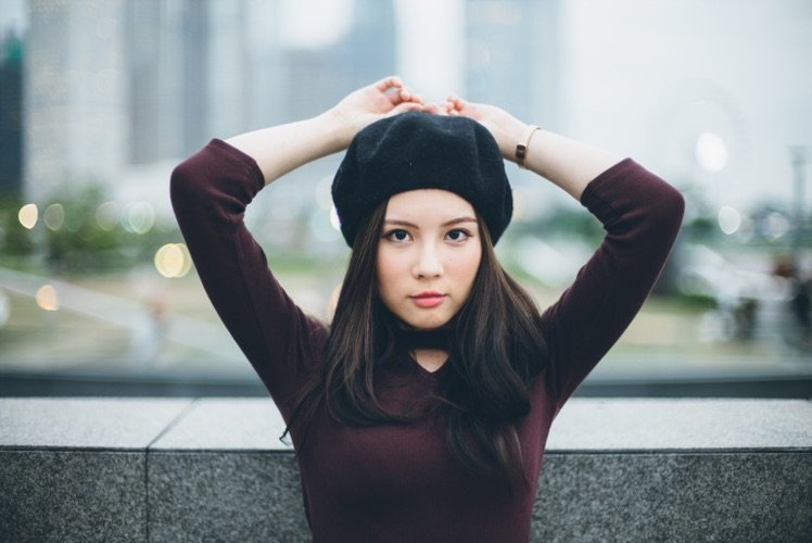 提升可愛感覺一頂冷帽是不可少的道具。 雙手擺頭上亦是一個很可愛的動作。